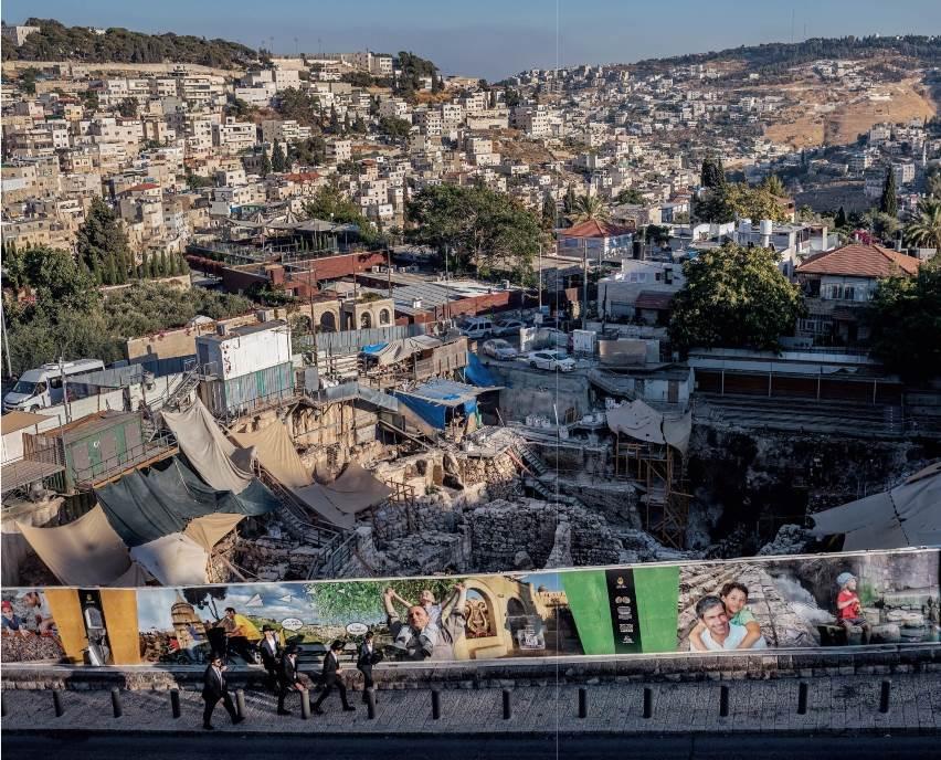 Zid s fotografijama zaklanja bivše parkiralište na kojem su arheolozi iskopali glineni pečatni otisak povezan s biblijskim kraljem Josijom – što je dokaz više, kažu neki, o drevnim jevrejskim korenima Jerusalima. Neki Palestinci optužuju da se arheologija koristi kao oružje za okupaciju.