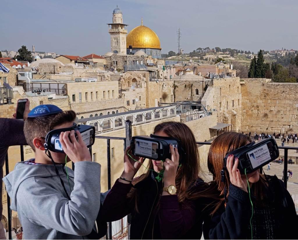 Blistavu Kupolu na steni, islamsko svetilište sagrađeno u sedmom veku, nemoguće je ne primetiti sa ovog vidikovca iznad platoa Zapadnoga zida. Naočare za virtuelnu stvarnost uklanjaju islamsko svetilište i mnogo drugih slojeva grada da bi turiste prenele u jevrejski Jerusalim iz prvog veka.