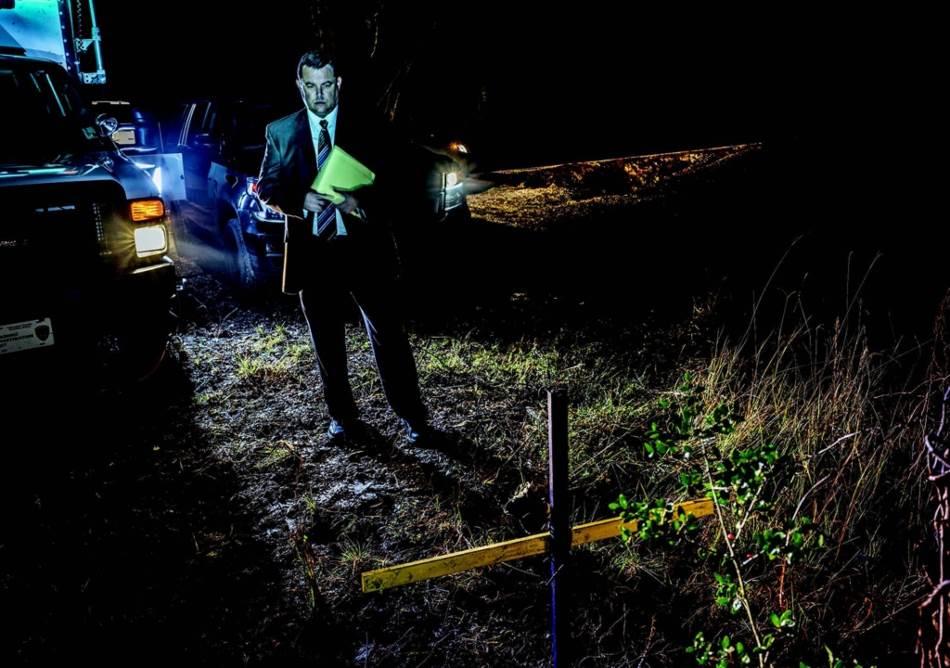 Krst pored puta obeležava mesto u okrugu Kalkašu, u Luizijani, na kome je pre sedam godina nađeno telo Sijere Buzigard. Nije bilo svedoka zločina, a DNK ispod njenih noktiju nije se poklapao s DNK osumnjičenih. Ipak, inspektor Les Blančard - kojeg vidimo kako ponovo obilazi to mesto - nada se da će mu nove forenzičke tehnike pomoći da reši slučaj.