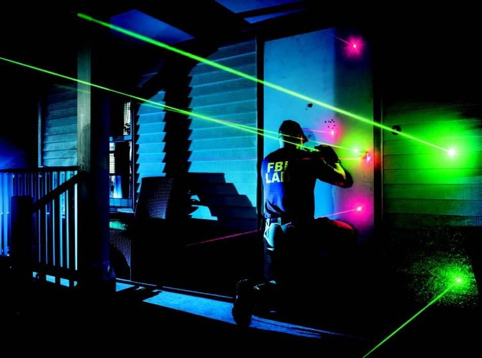 Na poligonu za obuku u FBI-ju u obliku stambenog kvarta forenzički istražitelj vežba da koristi laser kako bi vizuelno dočarao putanje metaka i rekonstruisao scenu pucnjave. Rigorozna obuka i naučno dokazane metode od ključne su važnosti da bi forenzika bila pouzdana.