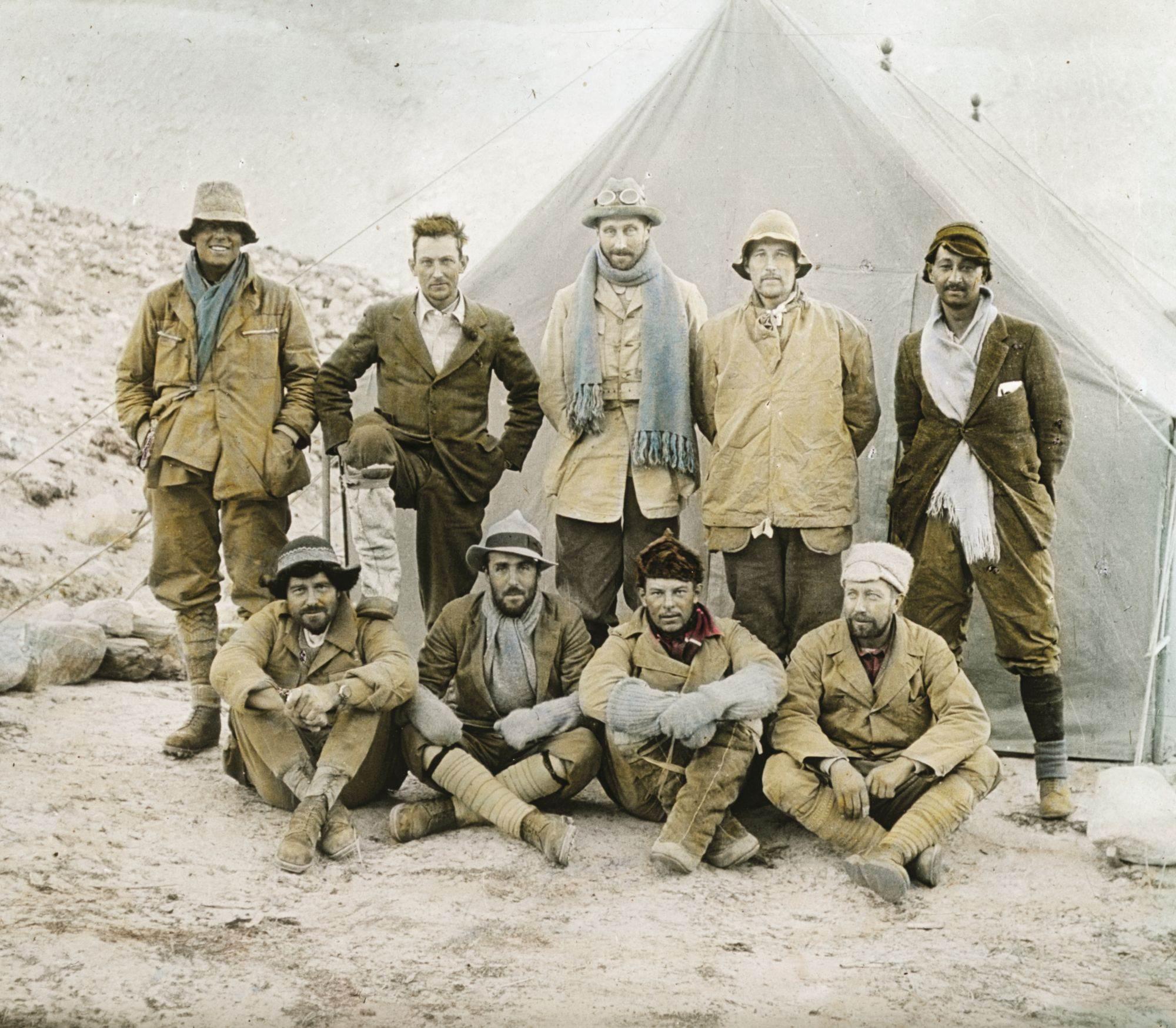Na ovoj retuširanoj fotografiji vidimo nasmejanog Irvina (skroz levo) kako stoji pored Malorija, koji je stavio nogu na rame Šebiru, članu ekipe zaduženom za transport. Sa ovom hrabrom, prekaljenom ekipom penjača iz 1924. godine Britanci su napravili svoj treći pokušaj u četiri godine da osvoje Mont Everest.