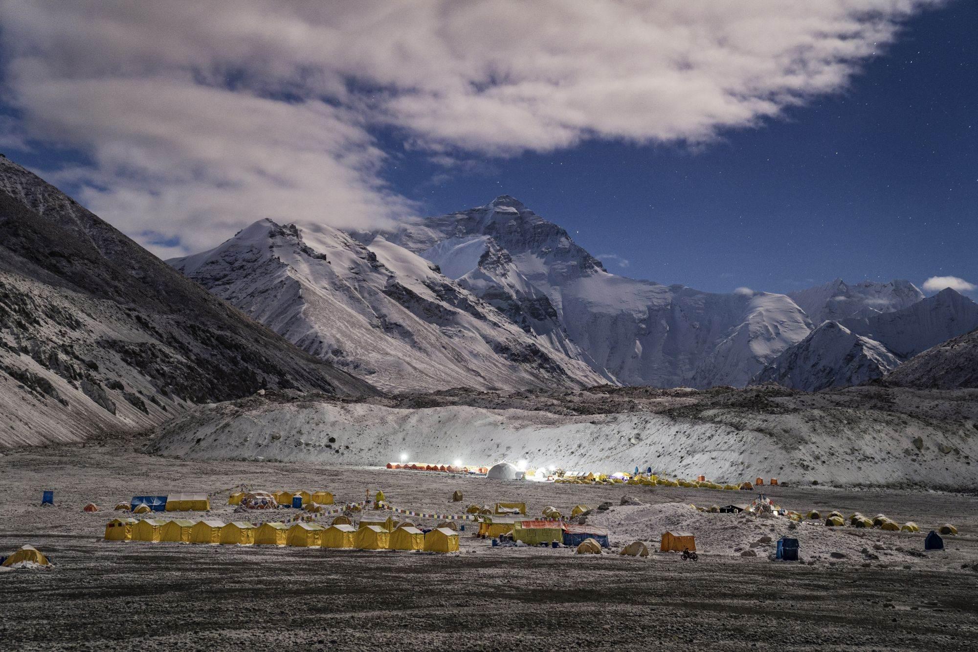 Šljunkoviti parking: Do baznog kampa Everest može se doći direktno motornim vozilom, za razliku od kolega na nepalskoj strani, koja zahteva da penjači pešače.