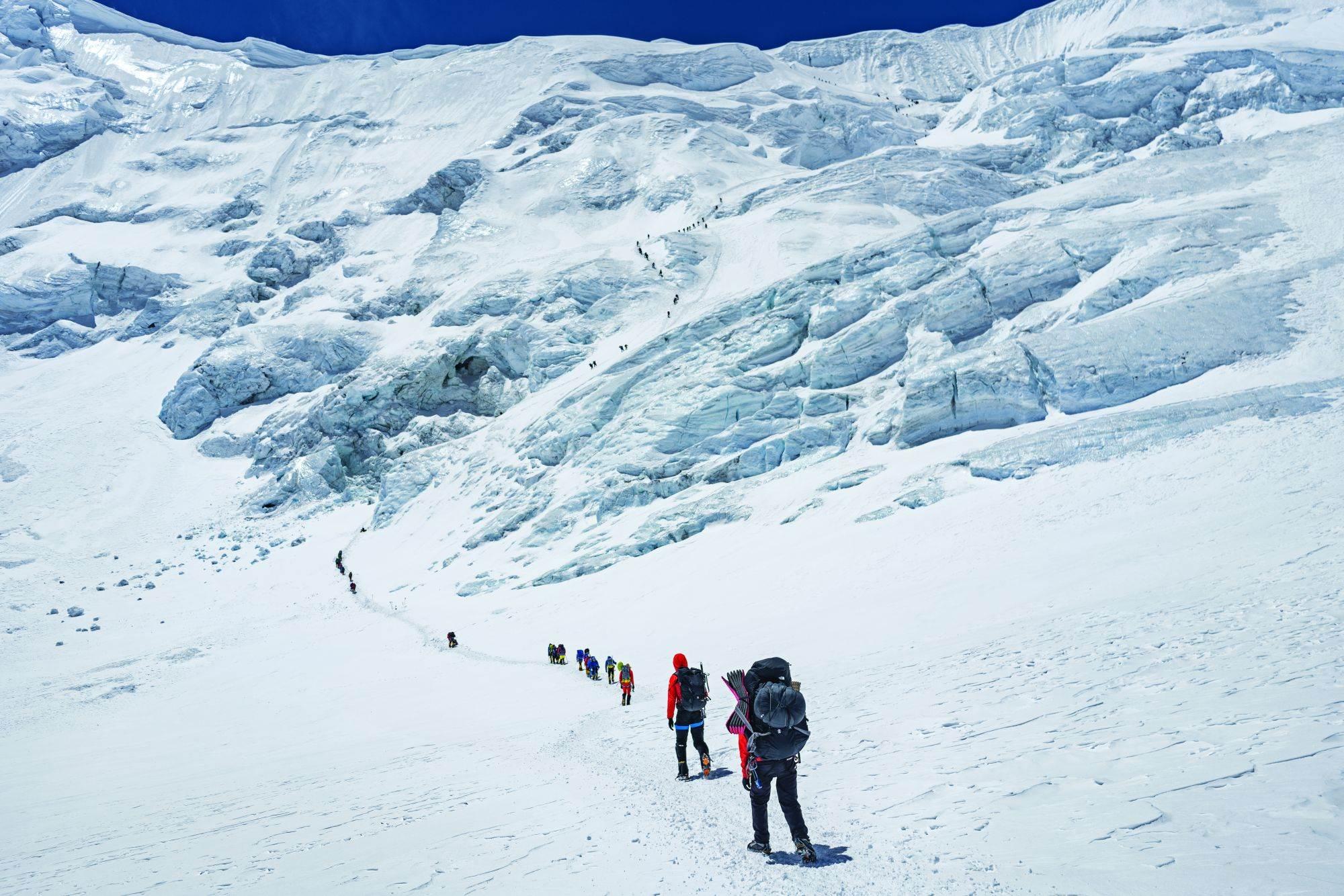 Na putu ka Severnom prevoju penjači obično provedu oko dve noći na 7.000 metara da bi se aklimatizovali za kasniji pokušaj uspona na vrh. Iako je s kineske strane daleko manja gužva nego s nepalske, ipak i ovde može da bude opasno prometno.