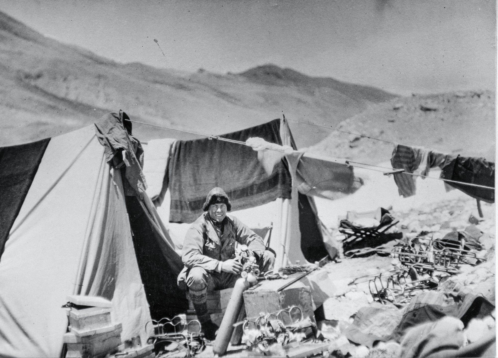 Sendi Irvin: Sve vreme tokom boravka na planini Irvin je radio na opremi za kiseonik, uspevši da je preudesi da bude lakša i manje podložna curenju i kvarovima.