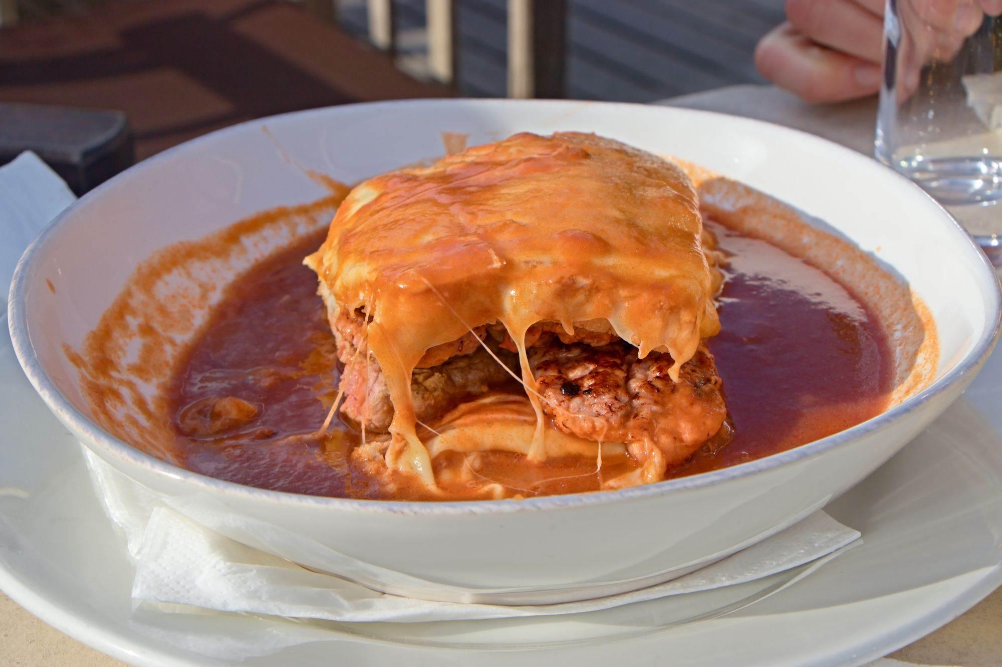 Mala Francuskinja, kako glasi prevod imena ovog jela, rođena je u Portu i obožavani je portugalski sendvič.