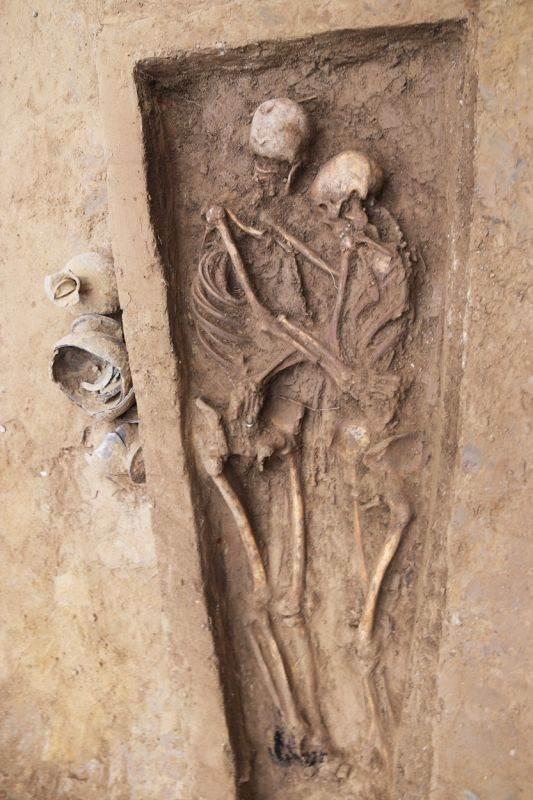 Zagrljeni skelet star 1500 godina, Kina.