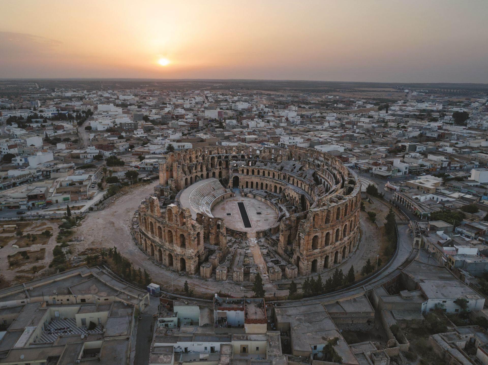 Sagrađen 238. godine nove ere, amfiteatar u El Džemu u Tunisu zasniva se na Koloseumu u Rimu i nekada je bio treće najveće mesto nadmetanja u Rimskom carstvu. Za 35.000 geldalaca koji su ispunjavali sedišta, gladijatori su bili najveća atrakcija.