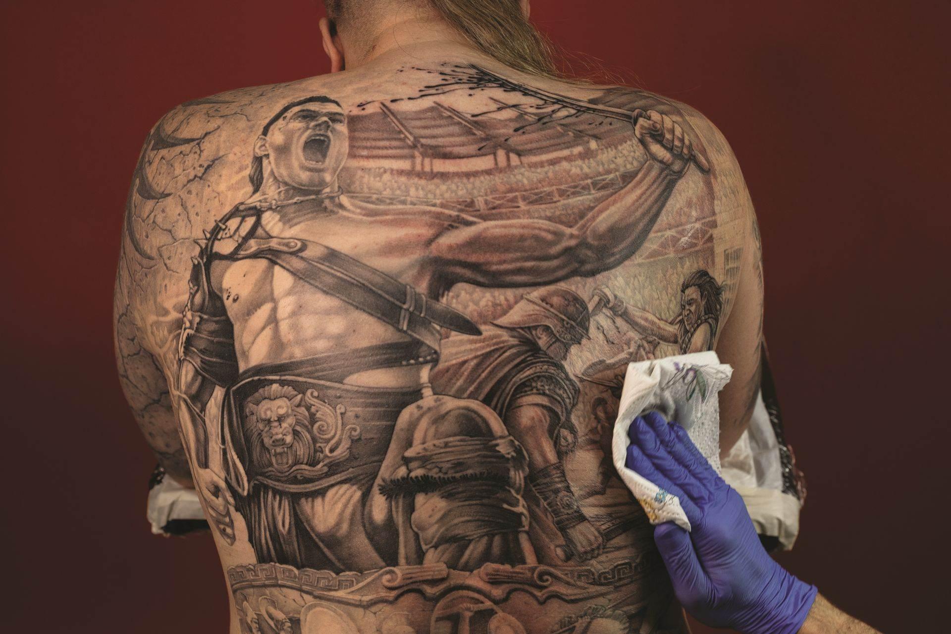 Zahar Nikmatulin očaran je gladijatorima otkad je gledao film Spartak iz 1960. godine. Za prizor na njegovim leđima majstoru tetovaže Aleksanderu Kosaču trebalo je 25 sati da ga nacrta i istetovira.