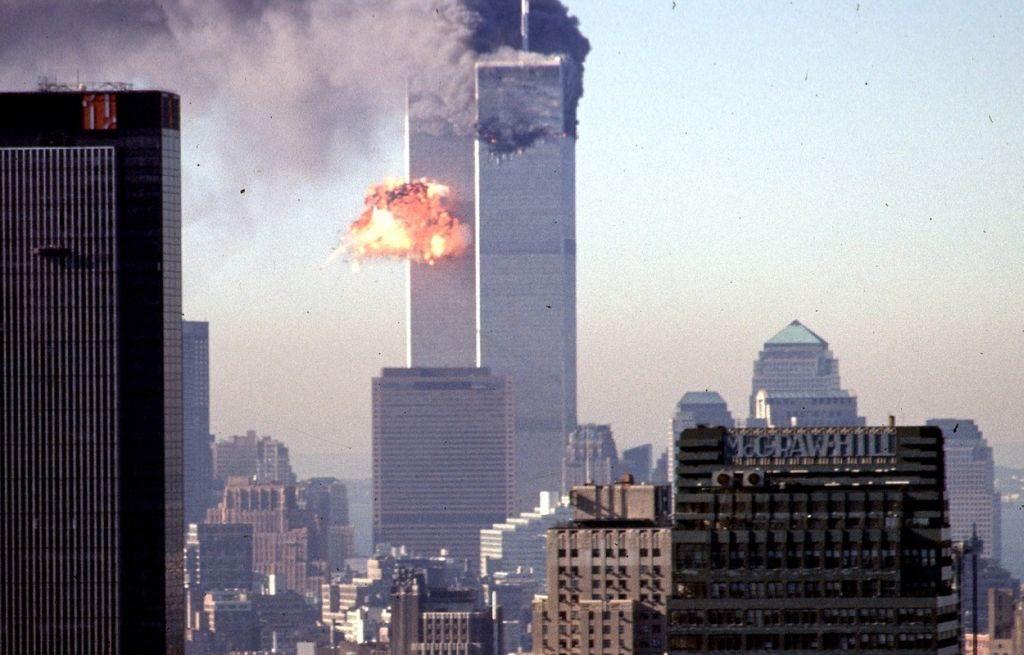 Kule bliznakinje Svetskog trgovinskog centra u Njujorku u toku napada 11. septembra 2011. godine.