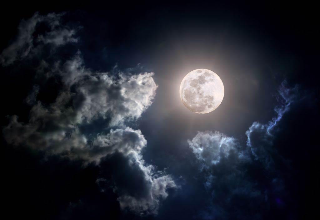 mesec-utice-na-san_127982234